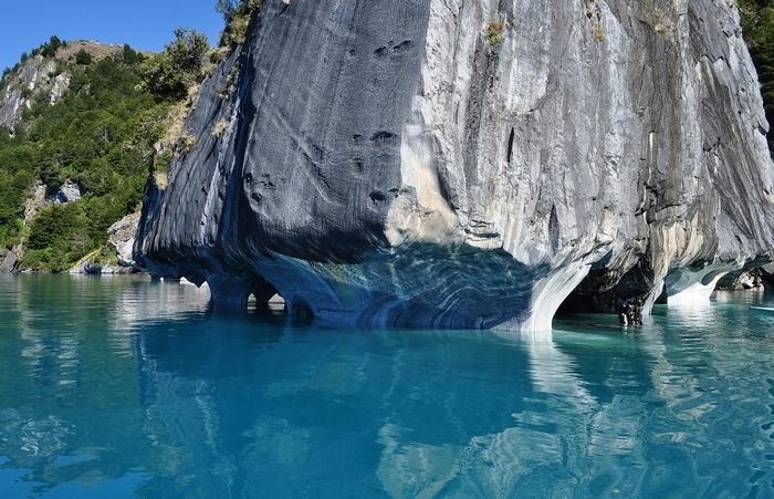 1. Буэнос-Айрес является самым глубоким озером в Южной Америке. Но озеро знаменито не только экологией и чистотой воды о и удивительными мраморными пещерами, которые вместе с голубой водой представляют незабываемое зрелище.
