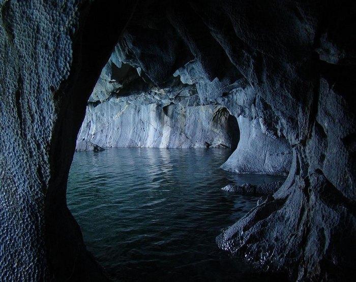 7. Главная достопримечательность озера – это лабиринт удивительных мраморных пещер, расположенных на полуострове из известняка и заполненных водой.