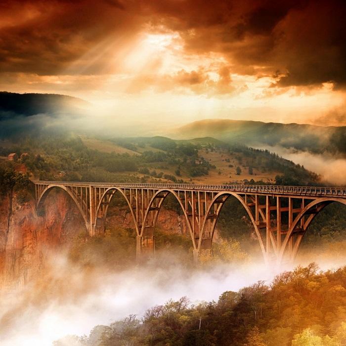 Бетонный арочный мост через реку Тара в северной части Черногории.