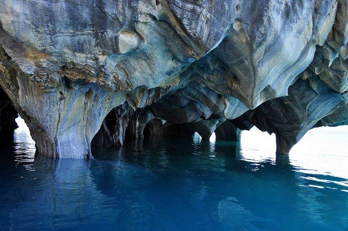 . Это необычное геологическое образование состоит из нескольких островков, расположенных у берега озера, которые называются «Мраморный собор» или «Мраморный храм» (Catedral de Marmol), «Мраморная часовня» (Capilla de Marmol) и «Мраморная пещера» (Caverna de Marmol).