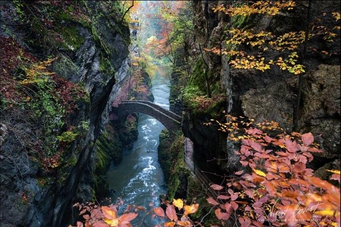 Каменный мост, откуда открывается прекрасный вид на это чудо природы.