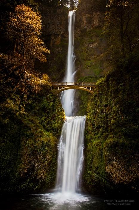 Между двумя ярусами водопада Малтномах-Фолс расположен мост Бенсон, сооруженный итальянскими каменщиками в 1914 году.