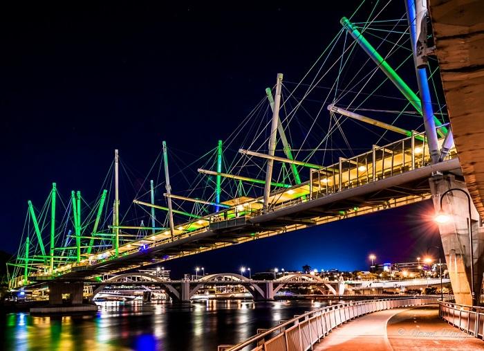 На мосту Курилпа работают 84 солнечных панелей, и когда светдиоидная система включена, мост предстает во всей красе.