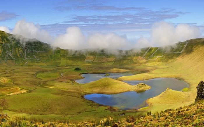 Необыкновенное по красоте озеро Лагоа ду Фогу образовалось в котле потухшего вулкана примерно 15000 лет назад. Фотограф - Ангелина Фарафонова.