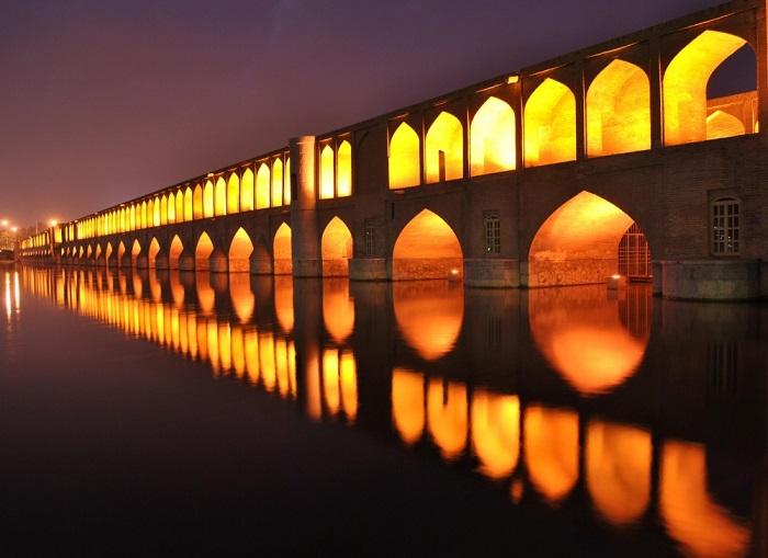 Один из трех знаменитых мостов персидского города Исфагана.