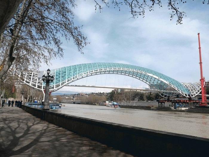Пешеходный мост на реке Кура в Тбилиси, между Метехским и мостом Бараташвили.