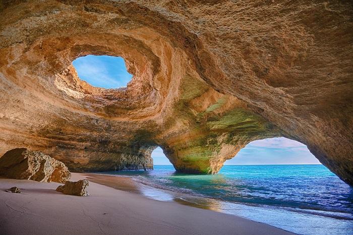 Пляж возле одноименного португальского поселка, недалеко от популярного курорта Алгарве. Фотограф - Анастасия Буянова.