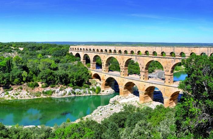 Пон-дю-Гар был сооружен римлянами для бытовых нужд: чтобы перебросить через реку Гар водопровод для снабжения питьевой водой города Нима.