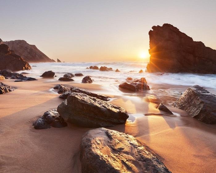 Прайя-да-Адрага является одним из красивейших пляжей побережья, окруженных высокими живописными скалами, причудливо изъеденными морскими волнами. Фотограф - Анастасия Буянова.