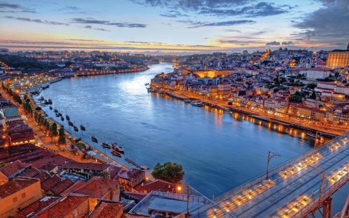 Сами жители Лиссабона ласково называют свою реку «соломенным морем», ведь в лучах заходящего солнца Тежу отливает золотом. Фотограф - Ангелина Фарафонова.