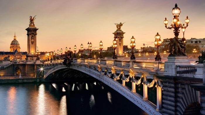 Величественный одноарочный мост, соединивший два берега Сены в самом сердце Парижа, является одной из самых популярных среди туристов достопримечательностью.