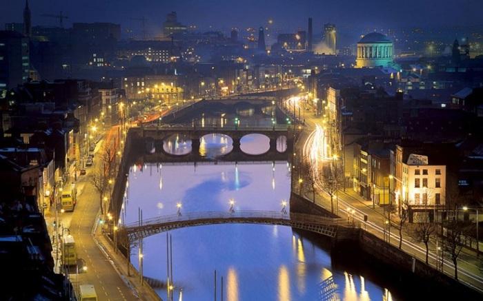 Дублин очень красив в ночное время суток, когда сажа обволакивает небо и город начинает блистать разноцветными огнями.
