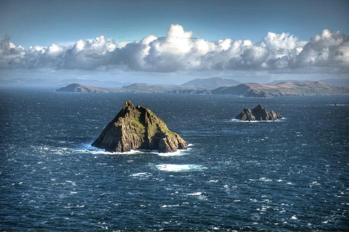 Два маленьких скалистых острова, Литл Скеллиг и Скеллиг-Майкл расположены в 18 км от юго-западного побережья Ирландии и возвышаются на 213 м над бурными водами Атлантического океана.