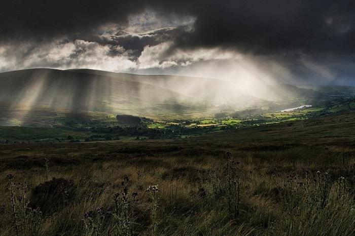 Хмурое небо над холмами. Фотограф: Wesley Law.