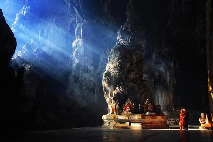 На входе в пещеру находится буддийский храм, который служит местом для медитаций монахов.