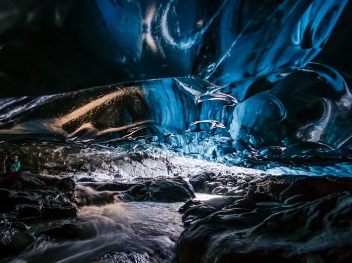 Невероятно красивая пещера образовалась в леднике Skaftafell в результате воздействия дождевой и талой воды, стекающей с поверхности ледника.