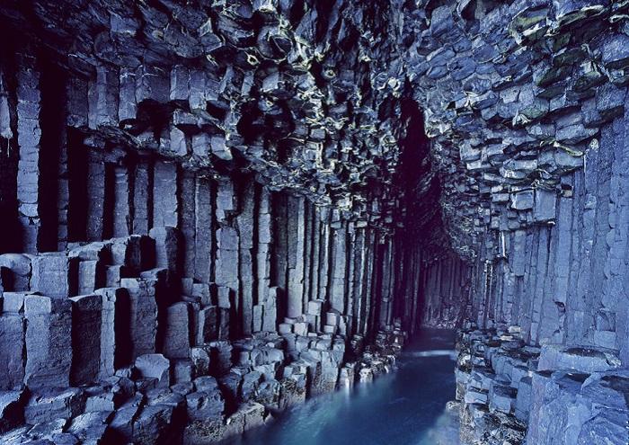 Пещера расположенная на острове Стаффа и образовалась вследствие застывания горячей лавы, которая трескалась с образованием шестиугольников.