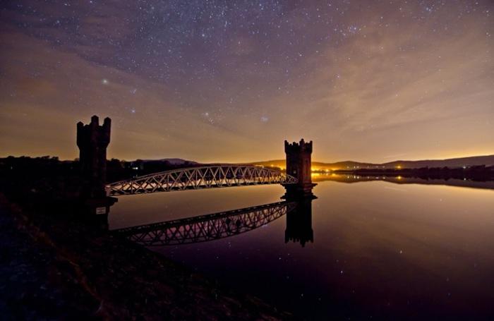 Старые башни соединяет новый мост на водохранилище. Фотограф: Erik Scraggs.