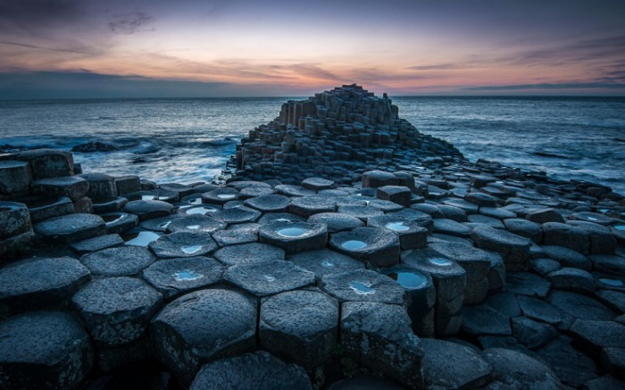 Уникальная прибрежная местность с 40 000 соединенных между собой базальтовых колонн, образовавшихся в результате древнего извержения вулкана.