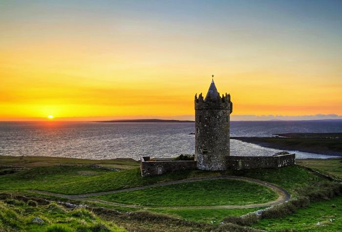 Замок 16-го века или «форт в округленных холмах», с небольшими стенами корпуса, расположен примерно в 1 км от прибрежной деревни Дулин в графстве Клэр, Ирландия.