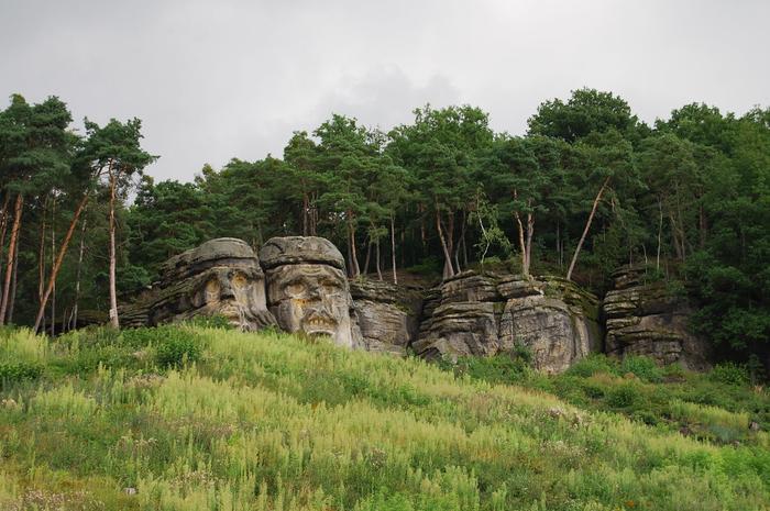 Чертовые головы уже полтора века ждут путешественников. | Фото: atlasobscura.com.