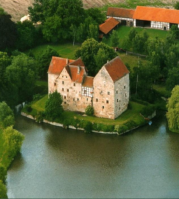Баварский замок расположившийся в природном парке Хасберге.