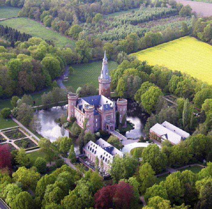 Один из замков Германии, окруженный водой, поражающий своим великолепием, архитектурой, роскошью.