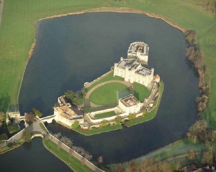 Расположившись на двух озёрных островах на юго-востоке Англии, более семисот лет назад, замок стал королевским дворцом.
